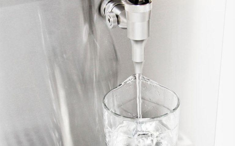 En vandkøler fra kuvatek med aftapning, der perfekt til vægmontering
